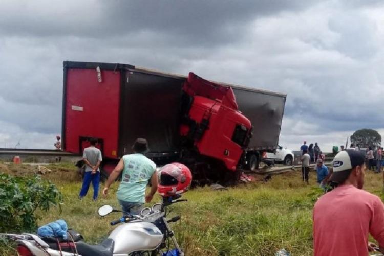 Com o impacto, motorista ficou preso nas ferragens do veículo - Foto: Reprodução | Blog do Anderson
