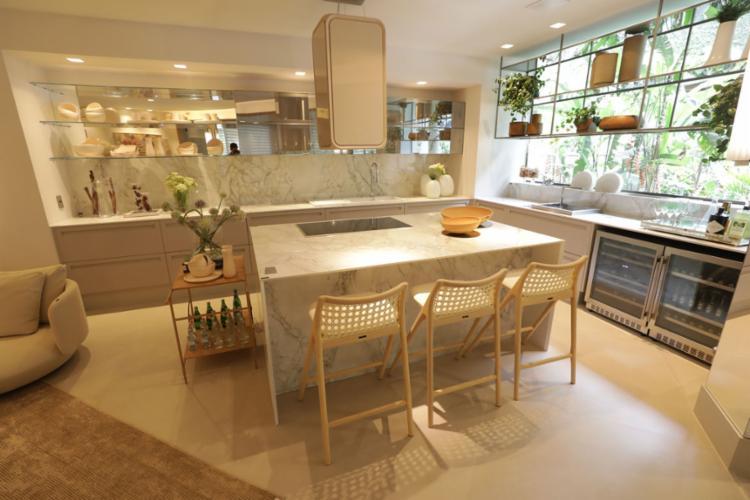 A arquiteta Aline Cangussú assina lounge com gourmet - Foto: Fotos: Raul Spinassé   Ag. A TARDE