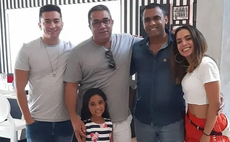 Renan Machado, irmão de Anitta, Mauro Machado, pai de Anita, sua sobrinha e seu 'novo irmão', e a cantora - Foto: Instagram | @painitto