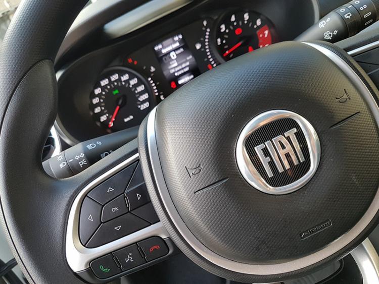 No volante, até o logo da Fiat tem fundo preto