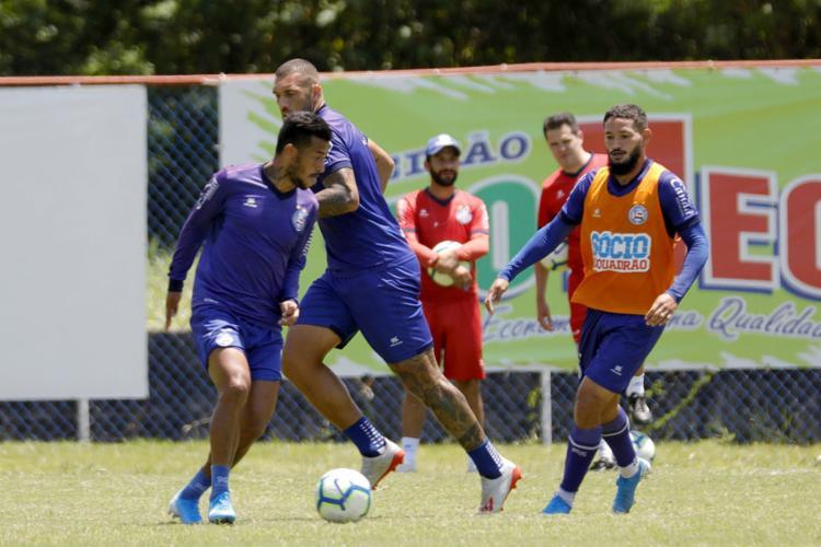 O atacante Arthur Caike, à dir., deve ser o substituto do suspenso Artur Victor - Foto: Felipe Oliveira | EC Bahia