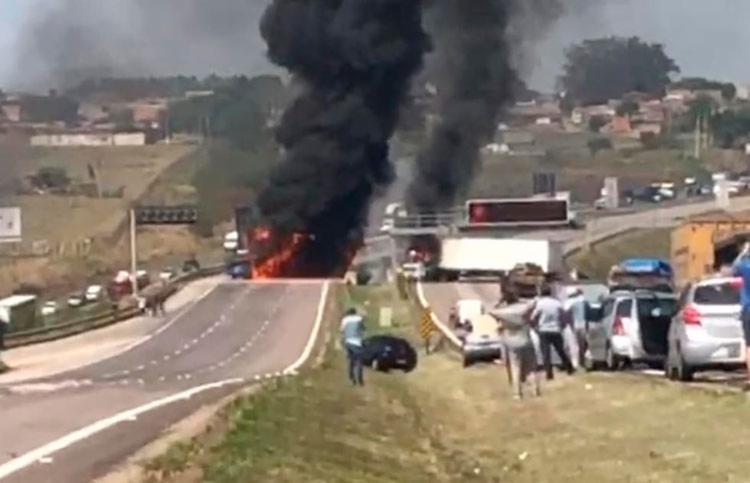 urante a ação, a quadrilha ateou fogo em dois caminhões na rodovia Santos Dumont (SP-79), principal acesso ao aeroporto - Foto: Reprodução
