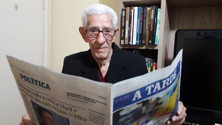 Seu Juracy é leitor desde os 15 anos de idade - Foto: Thaís Seixas | A TARDE