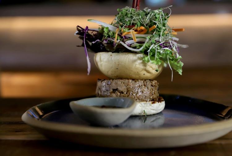 O hambúrguer de atum com molho barbecue da casa e folhas sai por R$ 37,50 - Foto: Uendel Galter/ Ag. A Tarde