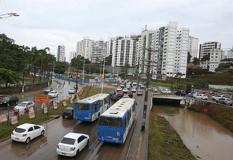Motoristas encontram dificuldades para trafegar na região da Av. ACM - Foto: Joá Souza l Ag. A TARDE l 25.3.2019
