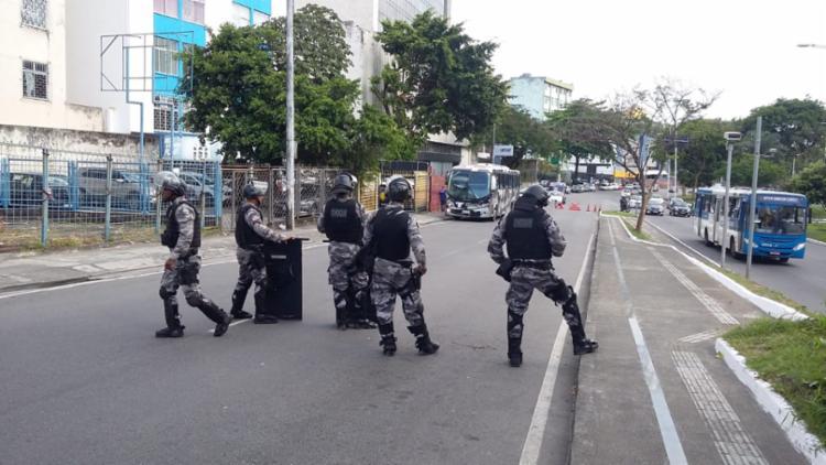 Durante a operação, os policiais interditaram a travessa Marquês de Barbacena (Foto: Shirley Stolze | Ag. A TARDE)