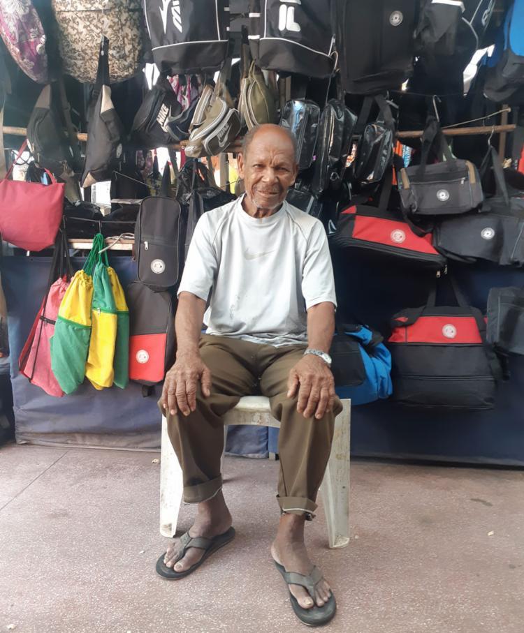 Aos 83 anos, seu Antônio continua na ativa para completar aposentadoria - Foto: Euzeni Daltro | Ag. A TARDE