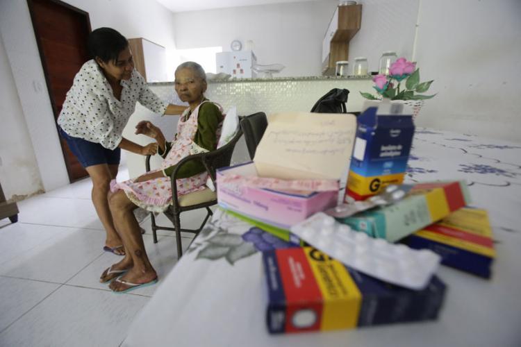 População precisa recorrer às farmácias particulares - Foto: Raul Spinassé   Ag. A TARDE