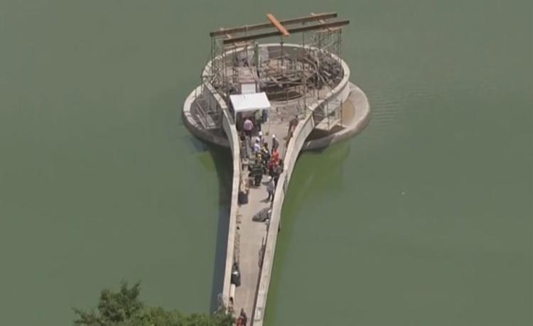 Funcionários da prefeitura que estavam trabalhando no local foram atingidos - Foto: Reprodução | TV Globo