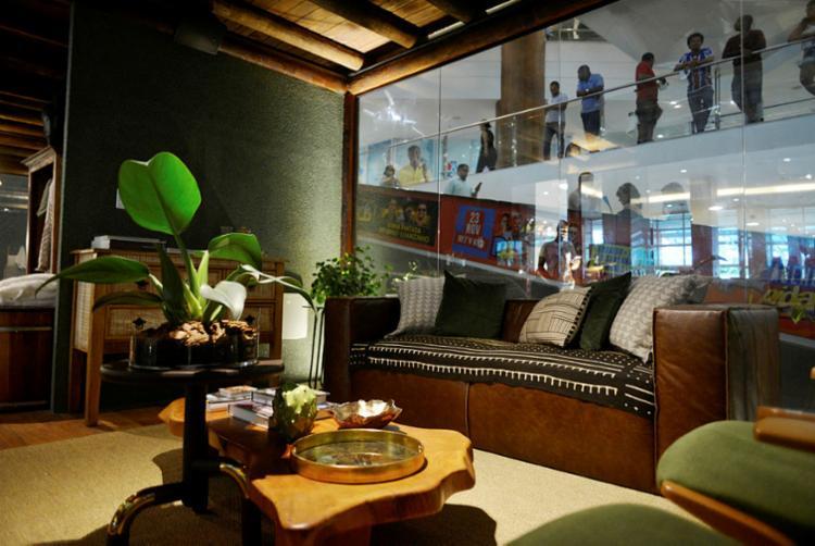 spaços são integrados: sala e cozinha, escritório e quarto, banheiro e spa