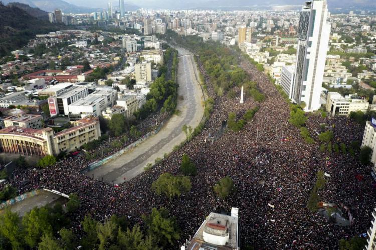 Manifestantes foram às ruas pedir a renúncia do presidente; reajuste nos transportes iniciou levante - Foto: Pedro Ugarte | AFP