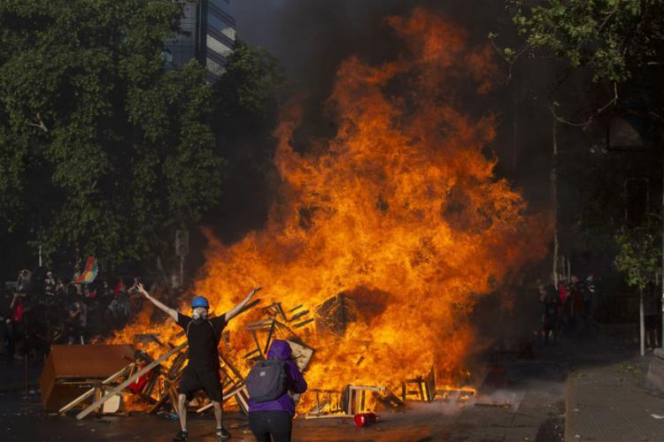 Fogo tomou conta de centro comercial com hotel e consultórios em Santiago - Foto: Claudio Reyes | AFP