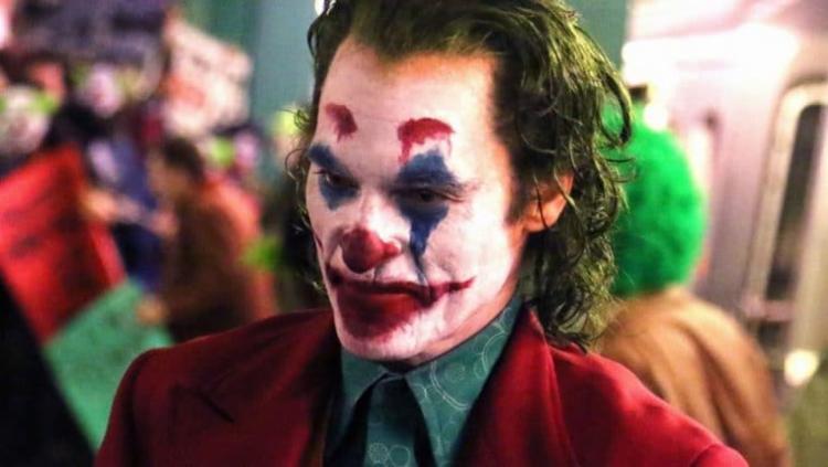 Joaquin Phoenix não decepciona e entrega um Coringa letal e transtornado - Foto: Divulgação