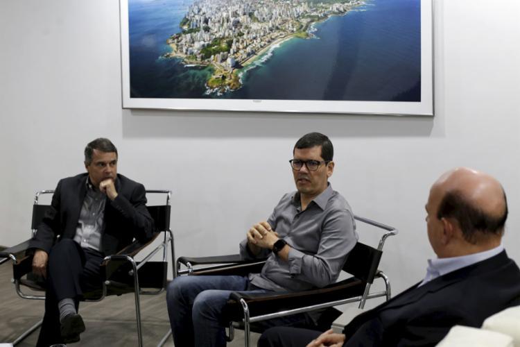 Cláudio Tinoco (C), titular de Turismo de Salvador, durante encontro na quarta-feira, 2, com diretoria do Grupo A TARDE - Foto: Adilton Venegeroles l Ag. A TARDE