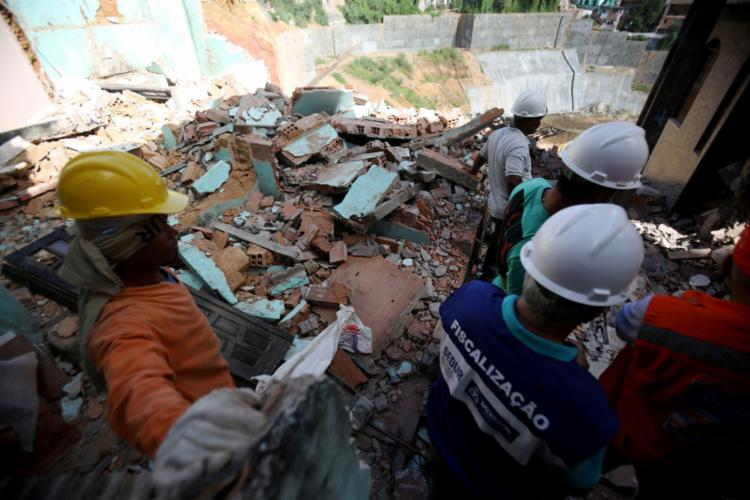 Segundo engenheiro da Codesal, a estimativa do órgão é que cerca de 20 casas sejam demolidas na região - Foto: Felipe Iruatã l Ag. A TARDE