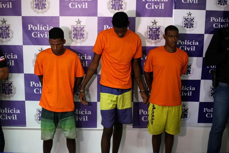 O trio, que tem também passagens por tráfico de drogas e é investigado por outras mortes na região - Foto: Raphael Muller | Ag. A TARDE