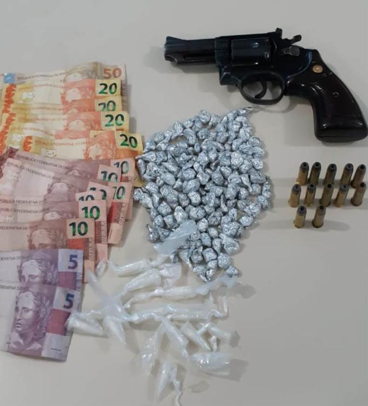 A polícia encontrou com a dupla um revólver calibre 38, drogas e uma quantia em dinheiro - Foto: Divulgação | SSP