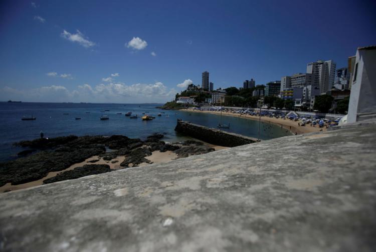 Vítima esfaqueada perto do Forte Santa Maria - Foto: Raul Spinassé | Ag. A TARDE