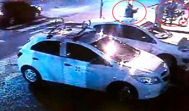 O vídeo mostra os dois homens efetuando disparos contra a instituição financeira - Foto: Divulgação   SSP-BA
