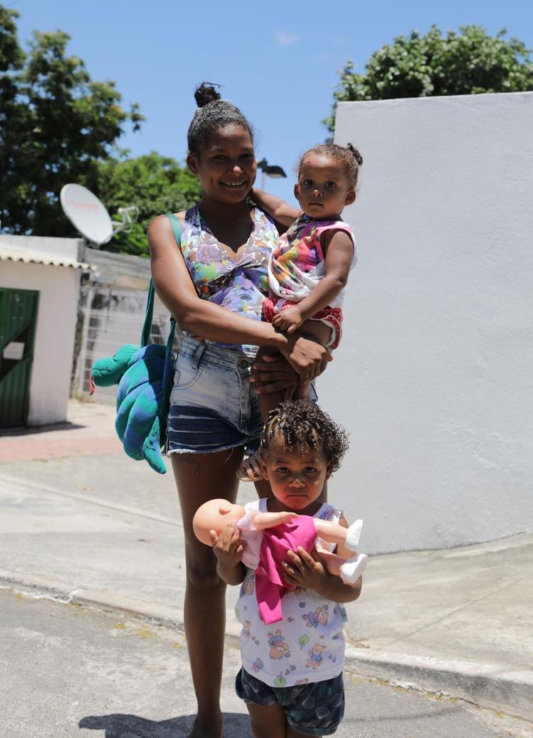 Daiana Sousa e as filhas não foram atendidas - Foto: Joá Souza | Ag. A TARDE