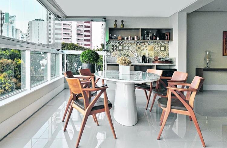 Projeto criado pela designer Tuvinha Papaleo otimiza espaço com móveis pequenos - Foto: Marcelo Negromonte | Divulgação