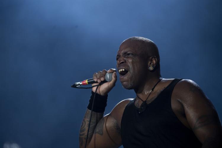 A banda mineira de heavy metal, do vocalista Derrick, abriu a programação no palco Mundo - Foto: Mauro Pimentel l AFP