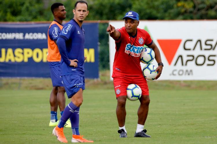 O técnico passou orientações aos jogadores durante atividade no Fazendão - Foto: Felipe Oliveira | EC Bahia
