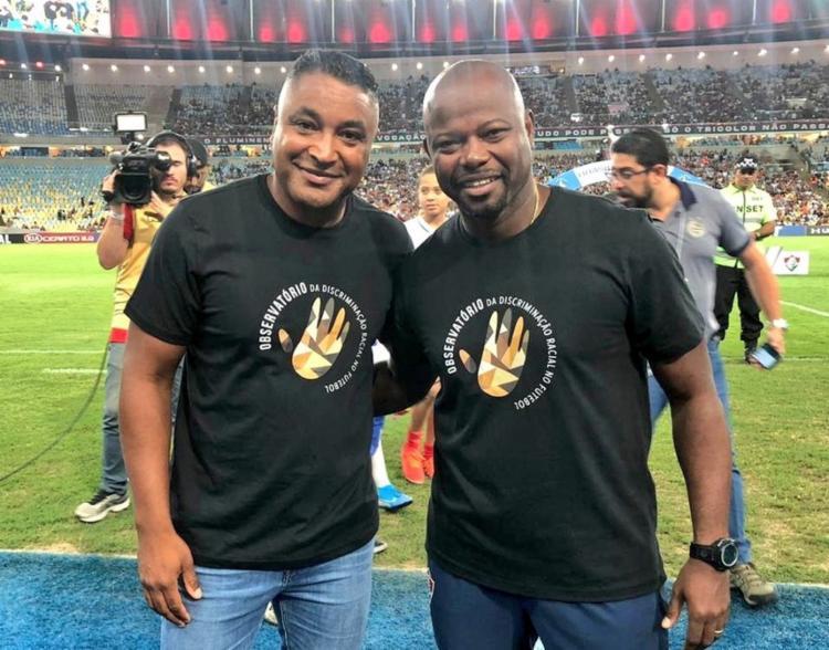 Os comandantes utilizaram camisas que estampavam a frase da campanha contra o racismo: