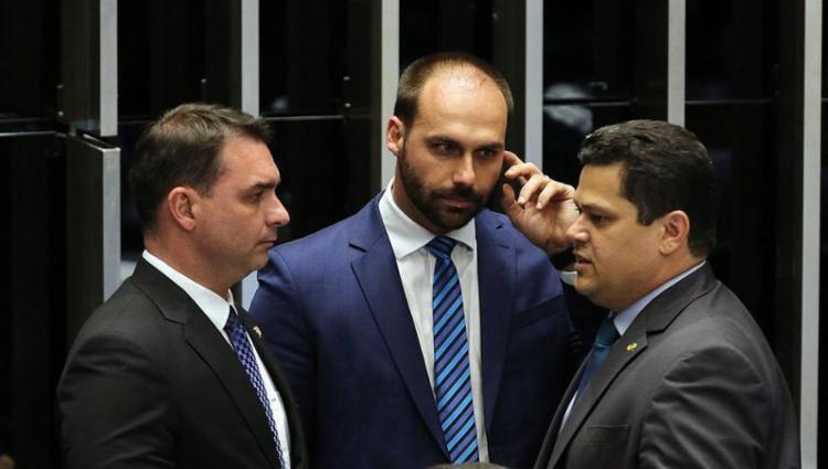 O filho do presidente Jair Bolsonaro (centro) é o atual líder do PSL - Foto: Fabio Rodrigues Pozzebom | Agência Brasil