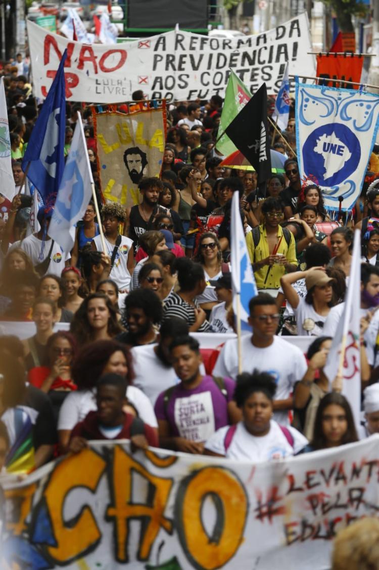 Manifestantes fazem caminhada pelo centro da cidade - Foto: Rafael Martins   Ag. A TARDE