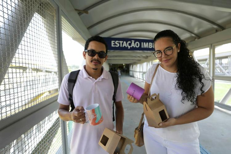 Jeanderson e Isabel entregam nas imediações do metrô - Foto: Joá Souza | Ag. A TARDE
