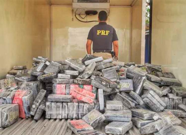 Droga estava escondida em um fundo falso na parte traseira da caminhote - Foto: Divulgação | PRF