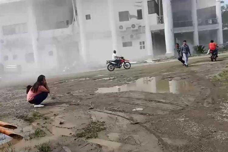 Muitos habitantes correram para as ruas durante o tremor - Foto: Anthony Allada | AFP