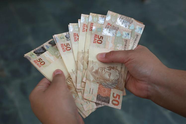 Estima-se que R$ 165,4 bilhões estejam aplicados na 'poupança velha' - Foto: Joá Souza | Ag. A TARDE