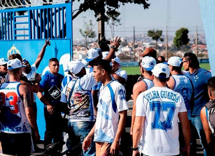 Membros de torcida organizada forçaram a entrada no CT do Cruzeiro - Foto: Reprodução | Twitter