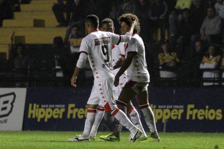 Gedoz, que marcou um golaço de falta, comemora com o jogadores do Rubro-Negro - Foto: Fernando Ribeiro l Futura Press | Estadão Conteúdo