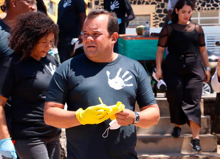 Presidente da Câmara ainda ressaltou a atenção para a saúde da população que colabora na remoção das manchas - Foto: Divulgação