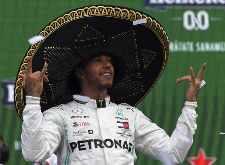 O piloto inglês subiu ao pódio pela 100ª vez com a Mercedes. - Foto: Pedro Pardo   AFP