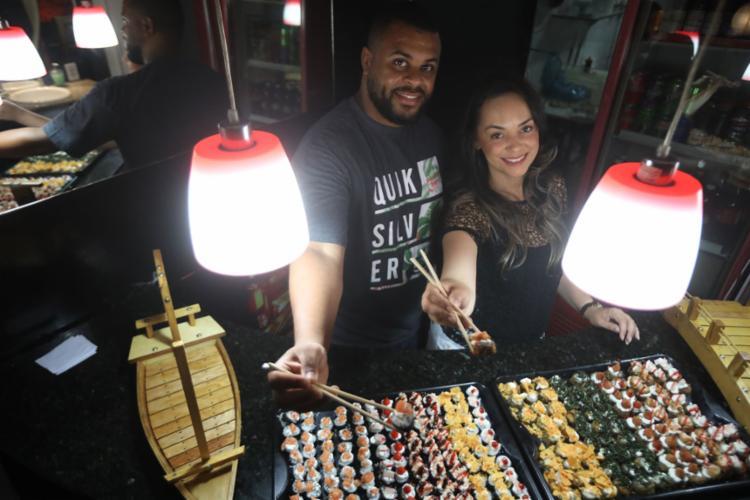 Igor e Núbia, da Hashimaki, vendem sushi a R$ 1 - Foto: Felipe Iruatã | Ag. A TARDE