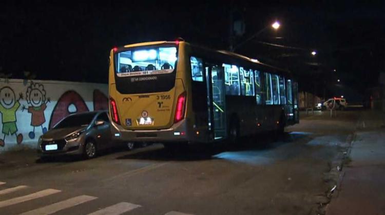 Após a discussão, o motorista usou um facão para agredir o flanelinha - Foto: Reprodução | TV Globo
