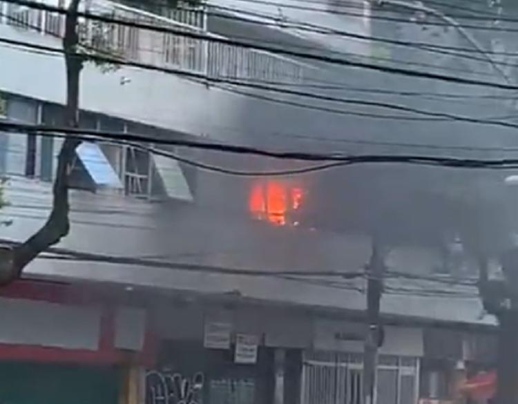 As chamas teriam se iniciado no primeiro andar do prédio - Foto: Reprodução | Youtube