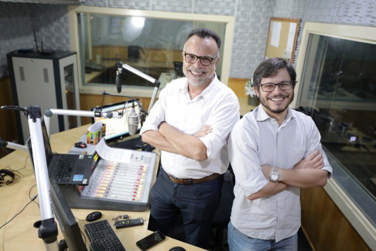 Jefferson Beltrão (diretor da rádio A TARDE FM), à esq., e Fernando Duarte (editor do BN) comandam o programa 'Isso é Bahia' - Foto: Raul Spinassé l Ag. A TARDE