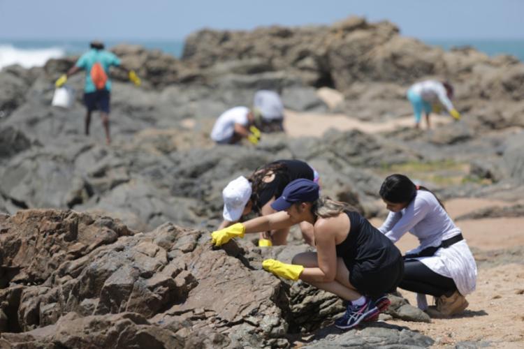Óleo está grudado em pontos de difícil retirada - Foto: Joá Souza | Ag. A TARDE