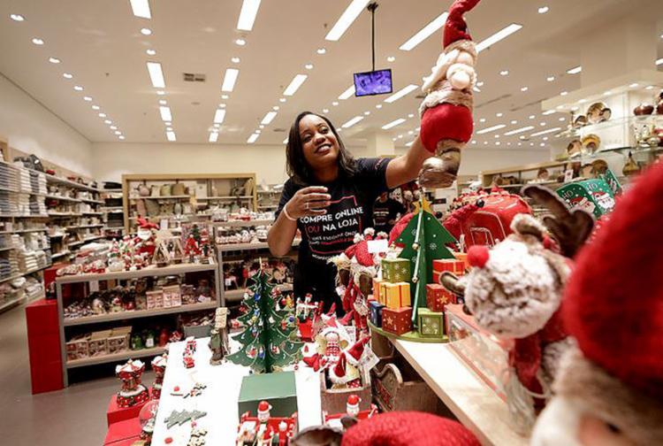 Caroline conta que a Camicado arruma a loja para o Natal já em outubro - Foto: Adilton Venegeroles | Ag. A TARDE