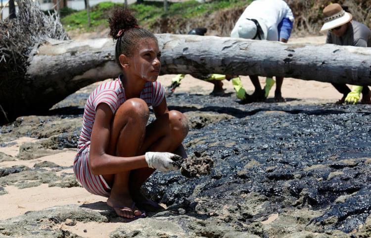 Forma mais tóxica do petróleo está dissolvida na água e não pode ser vista a olho nu Foto: Adilton Venegeroles | Ag. A TARDE - Foto: Adilton Venegeroles | Ag. A TARDE