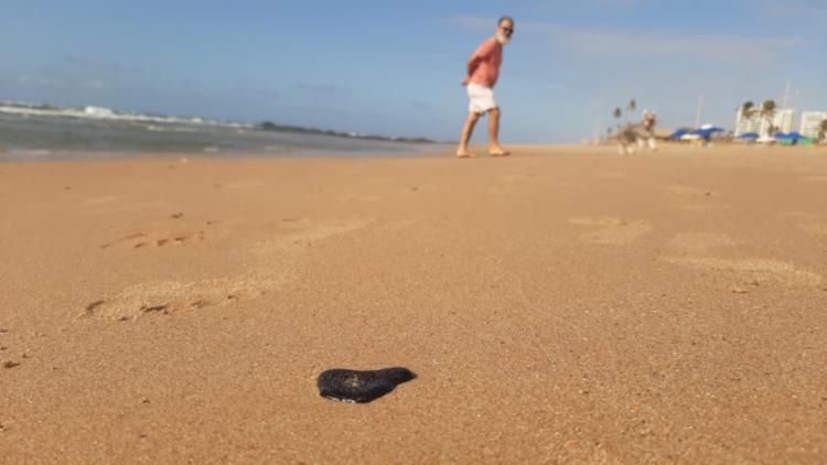 Pequenas partículas já são encontradas nas praias de Salvador - Foto: Raul Spinassé | Ag. A TARDE