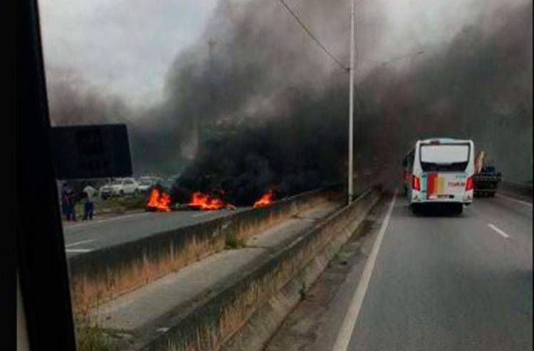 Grupo ateou fogo em objetos deixando a via bloqueada - Foto: Divulgação