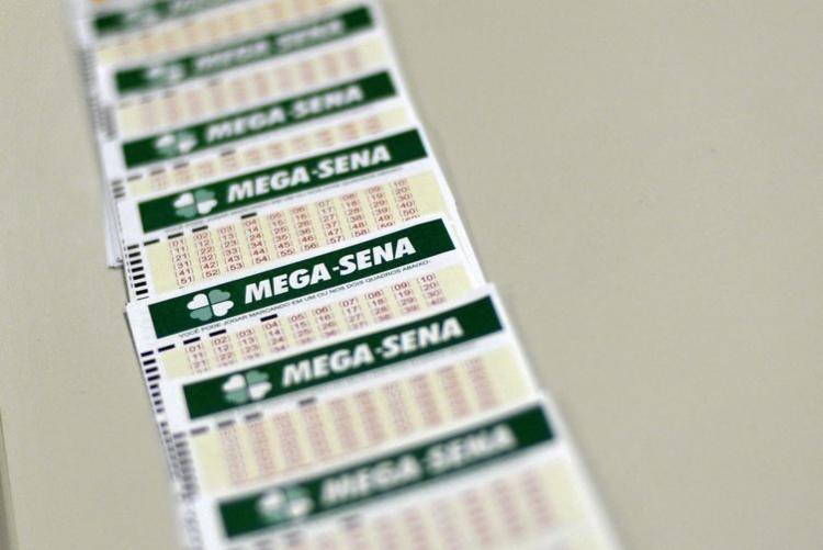 Mega-Sena: as apostas podem ser feitas até as 19h - Foto: Marcello Casal Jr.  Agência Brasil
