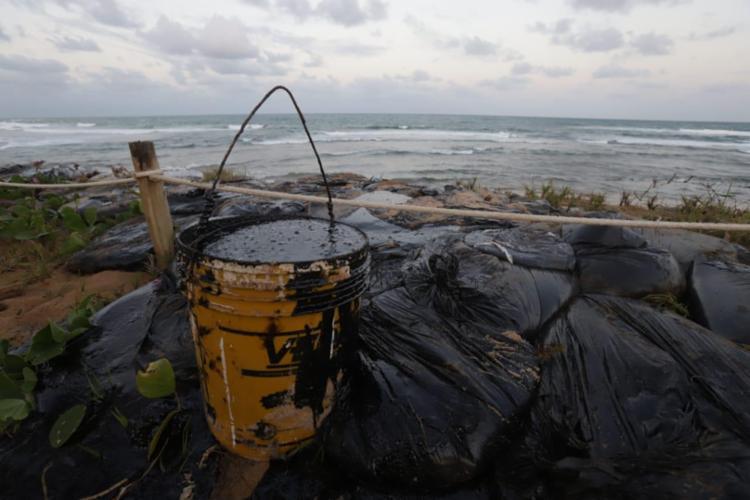 Manchas de óleo têm se espalhado em Praia do Forte - Foto: Uendel Galter   Ag. A Tarde
