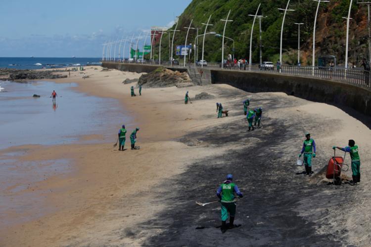 As manchas de óleo cru começaram a chegar às praias no fim de agosto - Foto: Raul Spinassé | Ag. A TARDE